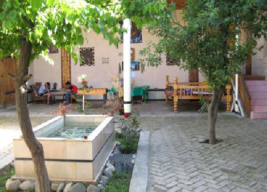 Hotel B&B Davr: Shady courtyard