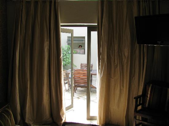 Cowrie Cove Guest House: only heavy (silk) curtains for privacy