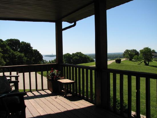 Tara Point Inn and Cottages: The deck from Dogwood D1 cottage