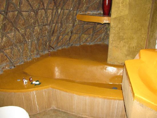 Hawane Resort : bathroom, bath and sink in bright colour