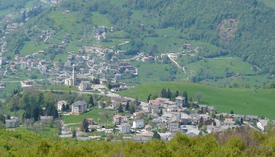 Fuipiano Valle Imagna, Italia: Looking down on Fuipiano Village