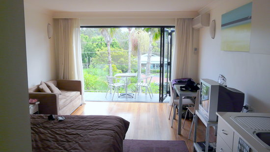 Terrigal Pacific Coastal Retreat: Room with open wall to balcony