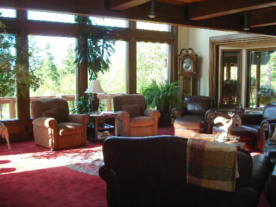 Alaskan Frontier Gardens Bed and Breakfast: living room