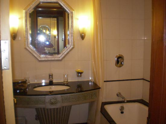 Hotel Ritz Inn: bathroom