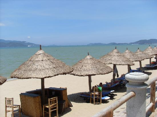 Yasaka Saigon Nha Trang Hotel: Beach directly across the raod