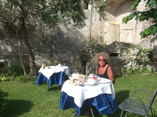Al Borgo Torello: Breakfast each morning on the lawn