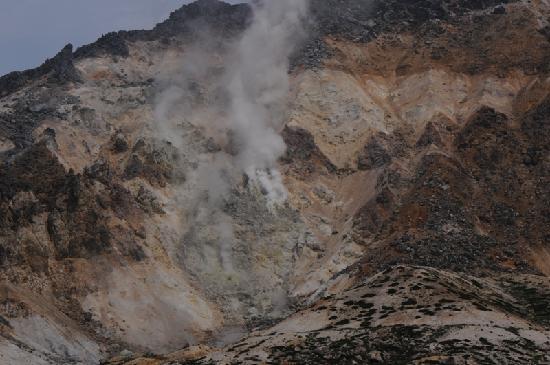 Mt. Esan: 噴煙をあげる山の斜面