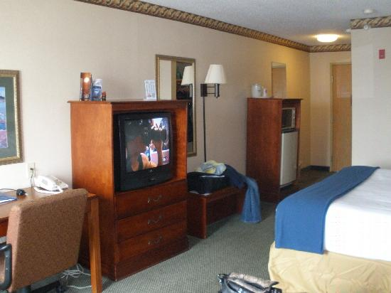 Holiday Inn Express & Suites Clinton: TV, Frig, Dresser, Work Station