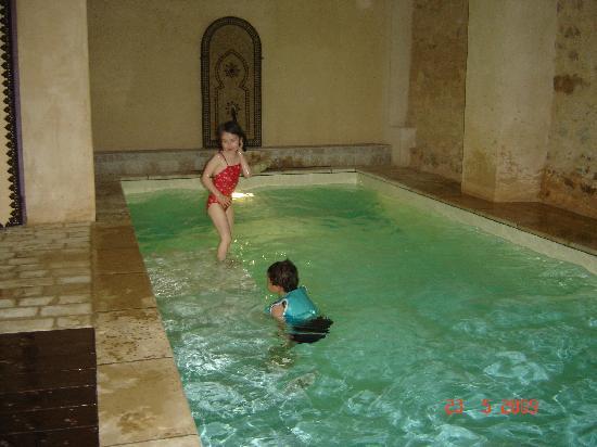 Le Clos des Anges: Détente dans la piscine