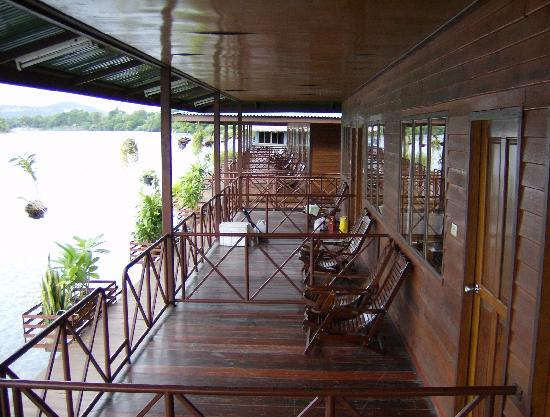 Duenshine Resort: River porch in front of rooms