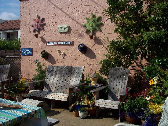 Seaside Motel: Garden Lounge Area