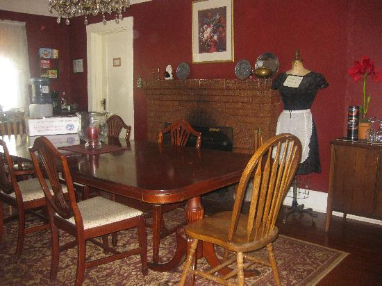 GlenMorey Country House: The lovely dining room! Wonderful times are to be had here!