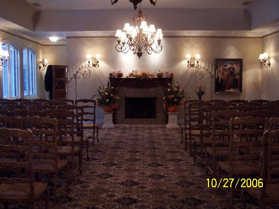 The Wildwood Inn: Beautiful indoor wedding ceremony set up
