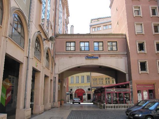 Citadines Presqu'île Lyon : Entrance to hotel
