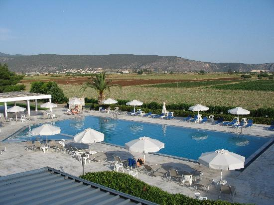 Iria, Yunani: view of pool from balcony