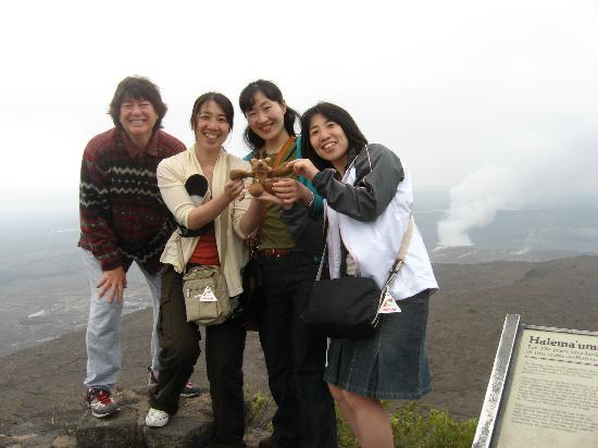 At the Craters Edge: Japanese tourists gushing over the Wee Patudy