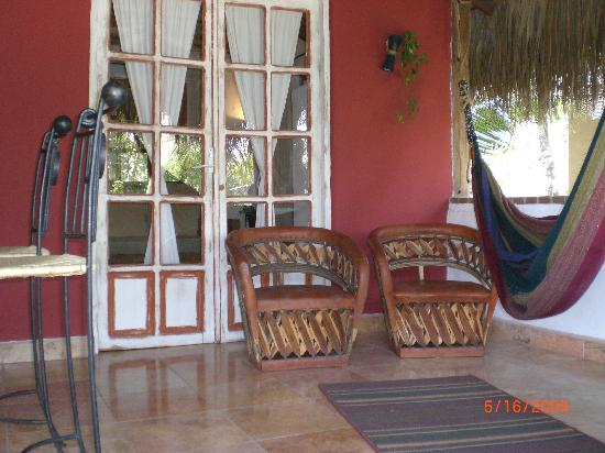 The Bungalows Hotel : The outdoor patio