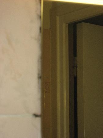 Moisissures Salledebain Photo De Comfort Inn Montmartre Paris - Moisissures salle de bain