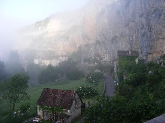 Cabrerets, Prancis: view from the chambres as the fog lifts