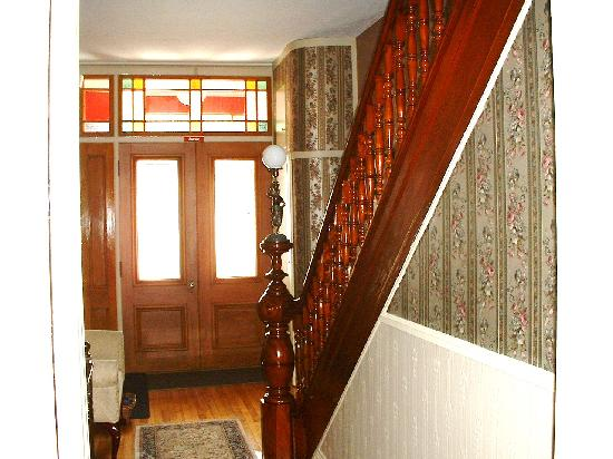 La Victorienne Urbaine : front entrance & stairway to upstairs