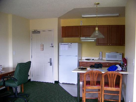 Residence Inn Seattle East/Redmond: Better shot of the kitchen