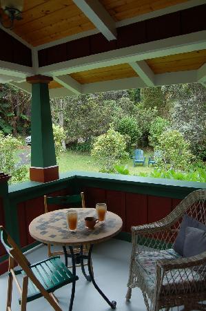 Volcano Teapot Cottage: porch