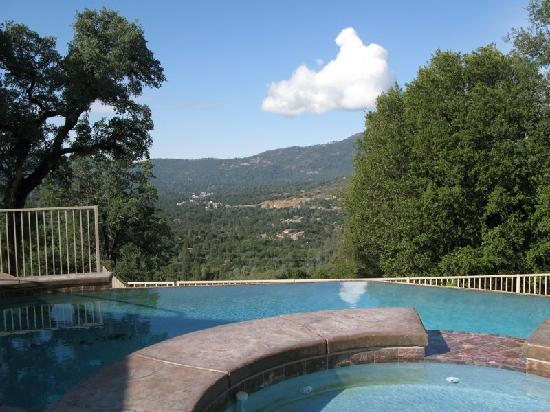 Oak Cottage Bed & Breakfast: Pool and a great view over the valley