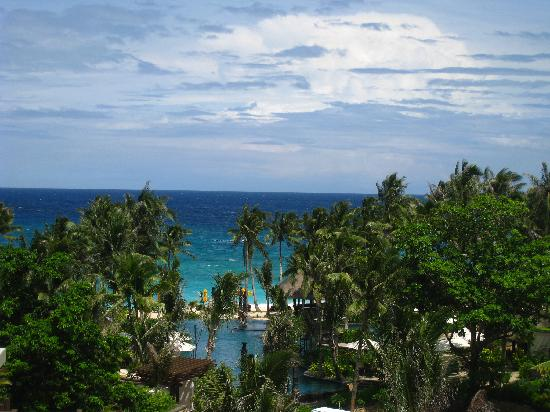 Shangri-La's Boracay Resort & Spa: The pool and the beach