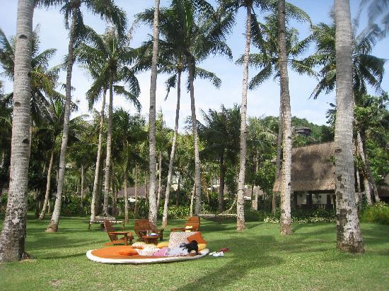 Shangri-La's Boracay Resort & Spa: hammocks & daybed