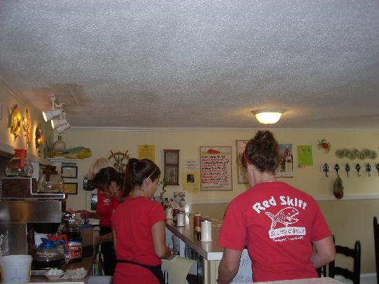 Red Skiff Restaurant: Lots of staff makes for prompt service.