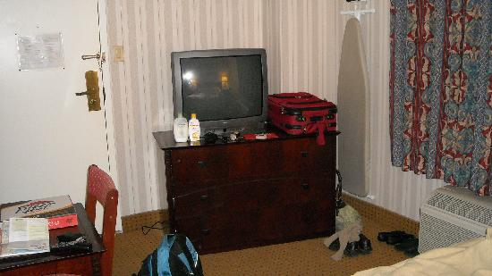 Hotel des Arts: TV / dresser / ironing board
