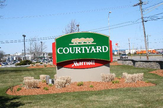 Courtyard Cape Cod Hyannis: In the background, Cape Cod Mall and Iyannough Road (route 132).