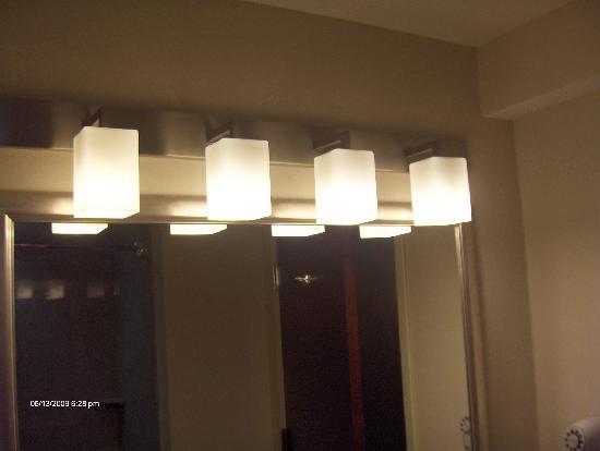 Holiday Inn Express Haskell-Wayne Area: Top notch lighting fixtures!