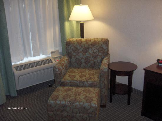Holiday Inn Express Haskell-Wayne Area: LOVED this chair..very comfy while reading