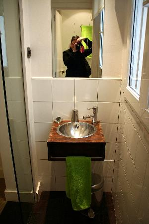 Hostel Santa Ana Colors: the green (single) room ensuite bathroom