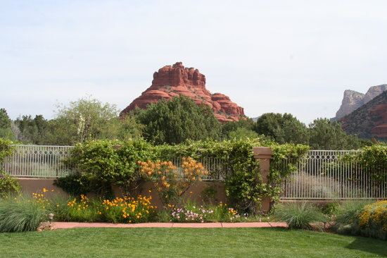 Canyon Villa Bed and Breakfast Inn of Sedona: View of Bell Rock from patio 1st floor room.
