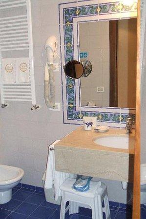Hotel Villa Madrina: Bathroom, Villa Madrina, Garda.