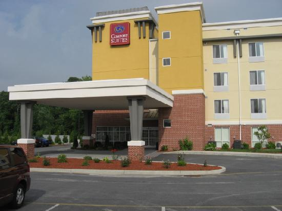 Comfort Suites Seaford: Front of hotel