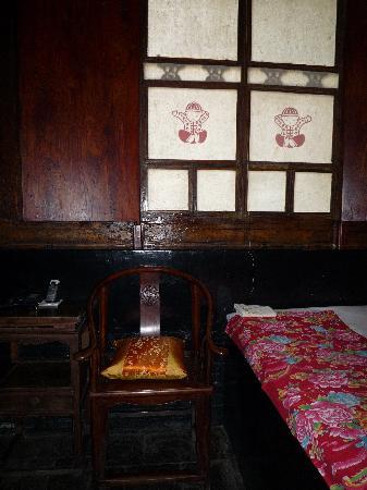 Pingyao Yide Hotel: Habitación: ventana y pie de la cama.
