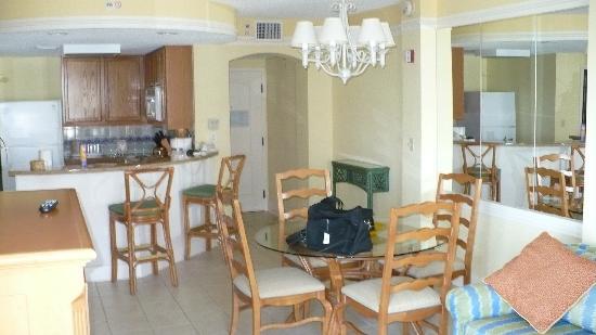 Marriott's Aruba Ocean Club: Kitchen, Dining Room, & Lvg Rm