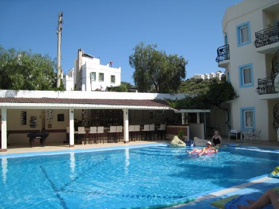 Merve Apartments: Pool and bar
