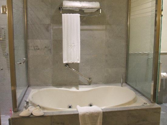 Iberostar Grand Hotel Rose Hall: Jacuzzi Tub!