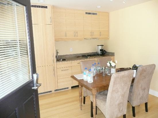 Auberge Sonoma: kitchen/eating area