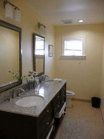 Auberge Sonoma: 1 of 2 bathrooms