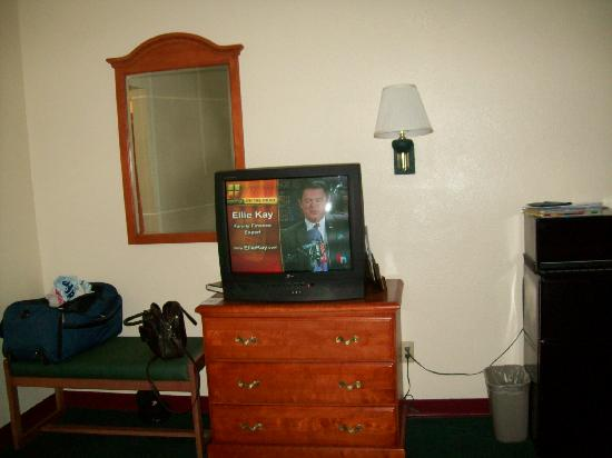 Americas Best Value Inn-Lubbock East: TV in good conditions