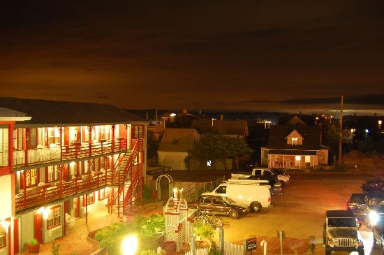 Martha's Vineyard Surfside Motel: Night view of the hotel