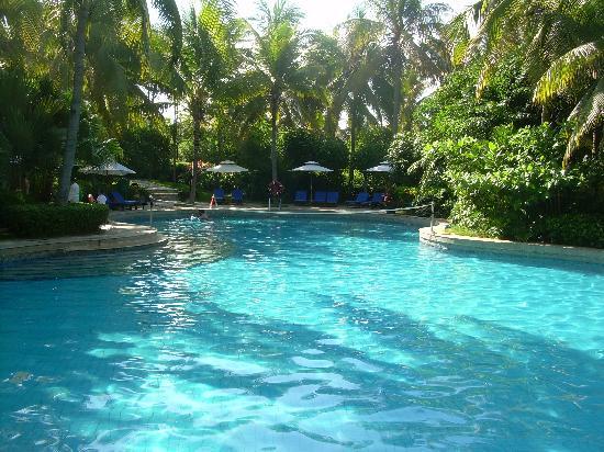 รีสอร์ท อินไทม์ ซานย่า: The smaller of two pools