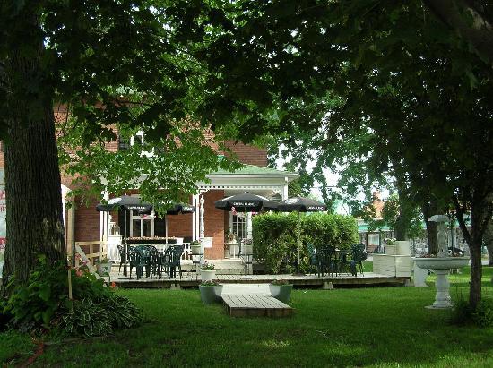 Manoir Becancourt: Vue de la terrasse exterieure du manoir