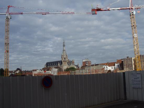 Ibis Lille Tourcoing Centre: Building work at the side of the hotel