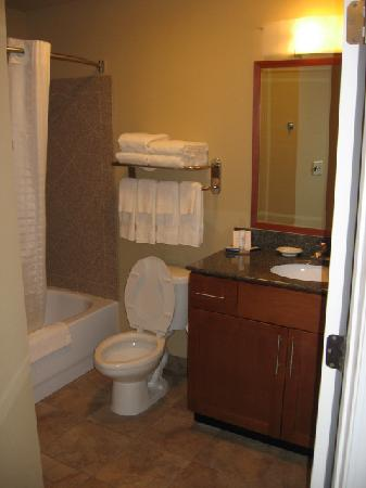 Candlewood Suites Richmond Airport : Bathroom